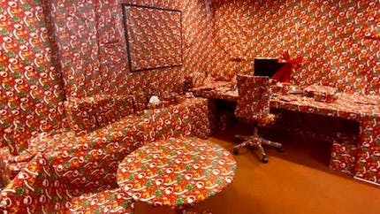 Pour Noël, elle recouvre entièrement le bureau de son patron avec du papier cadeau !