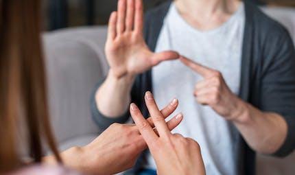 Pour ou contre apprendre la langue des signes à l'école ?
