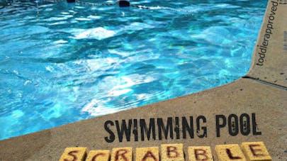 Scrabble géant dans la piscine