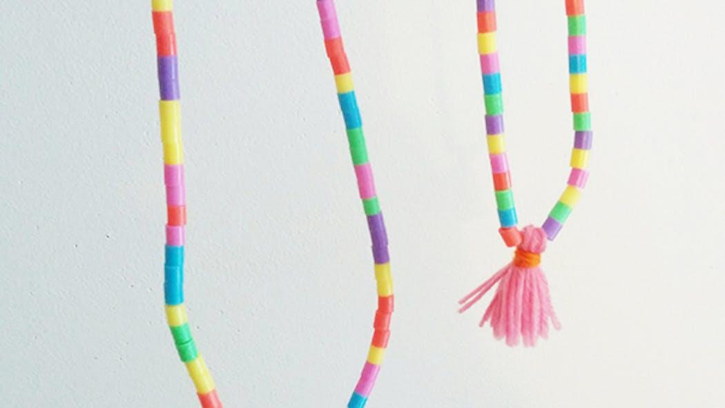 Un collier avec des perles à repasser et des pampilles en laine   MOMES.net