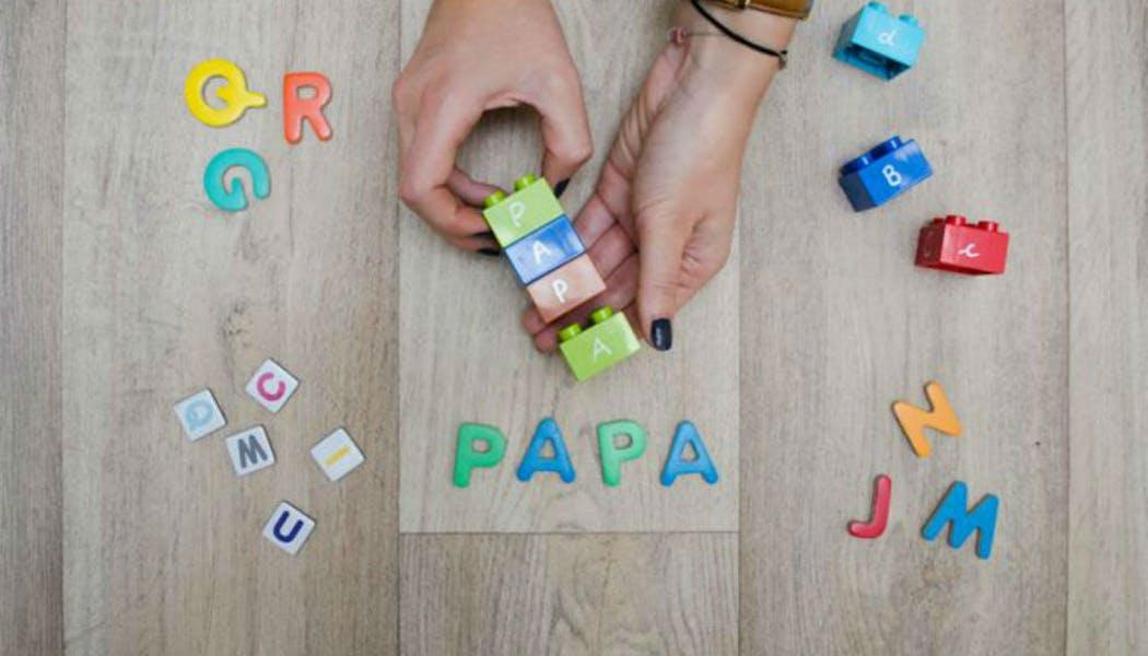 Un jeu avec des briques pour apprendre       l'alphabet