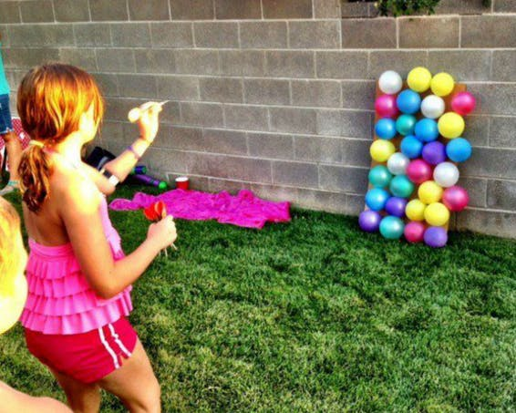 Un jeu de fléchettes avec des ballons