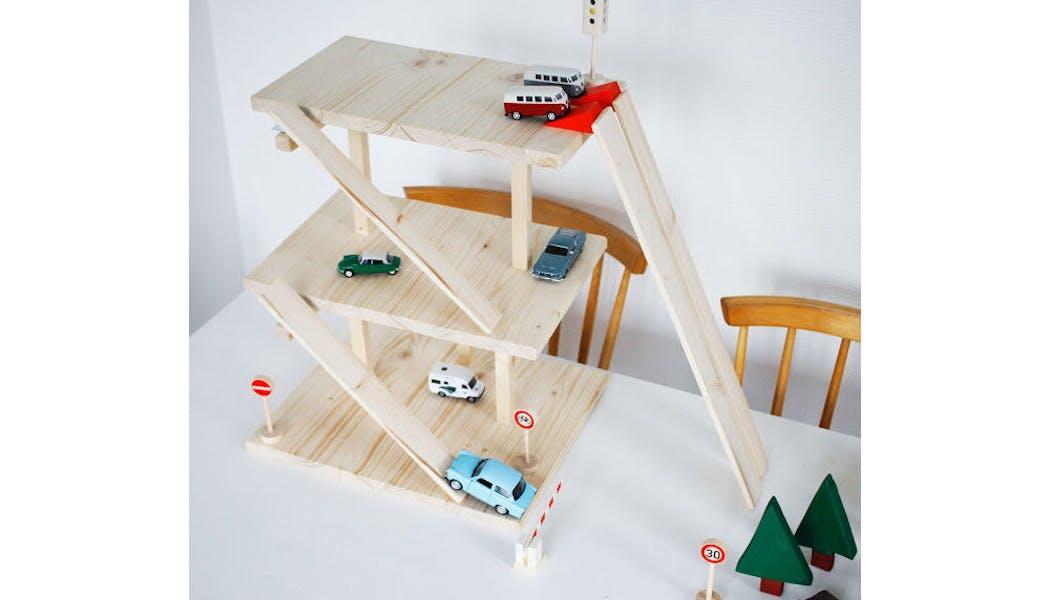 Un joli garage pour petites voitures en bois       brut