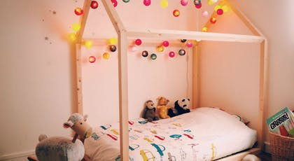 Un lit cabane fait maison