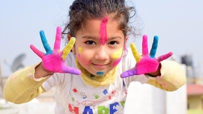 enfants avec de la peinture sur les mains