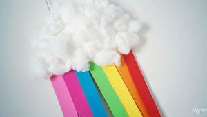 Un nuage arc-en-ciel avec une assiette en carton