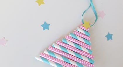 Un sapin de Noël avec des pailles