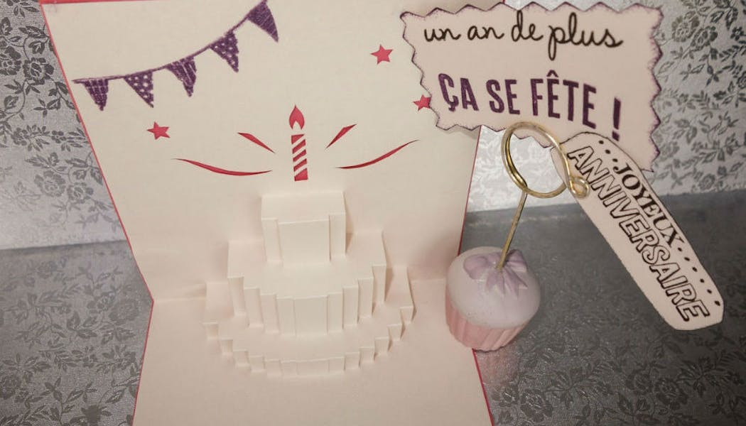 Une carte d'anniversaire pop-up
