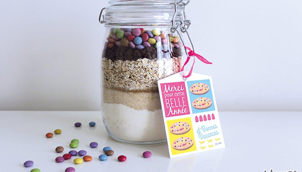 """Une """"Cookies Jar"""", c'est un bocal dans lequel on a mis         les ingrédients nécessaires pour réaliser des cookies qui         forment de jolies couches. C'est le cadeau de fin d'année         parfait pour dire Merci à sa maîtresse, son maître ou sa         nounou !"""