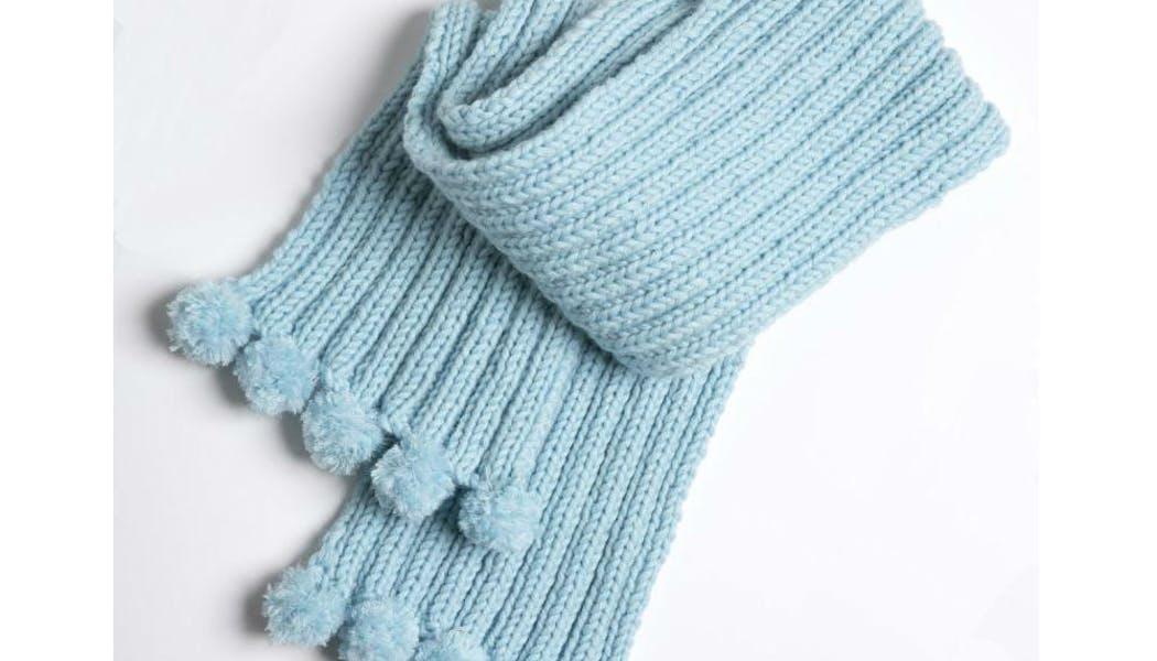 Une écharpe avec des mini pompons