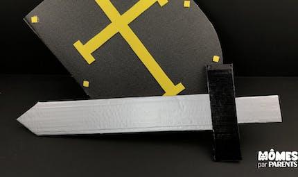 Une épée en carton