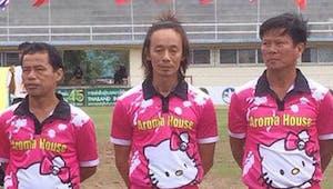 Une équipe de football en maillot rose Hello Kitty