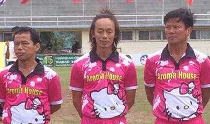 Une équipe de football en maillot rose Hello Kitty