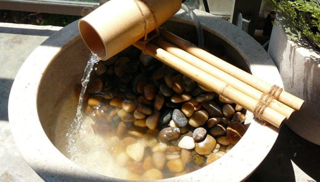Une fontaine à eau en bambou