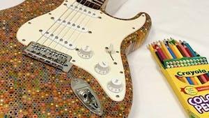 Une guitare entièrement en crayons de couleur !
