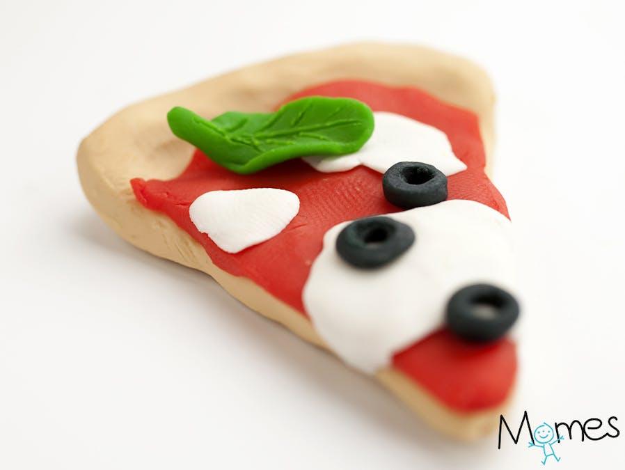 Une pizza en pâte à modeler
