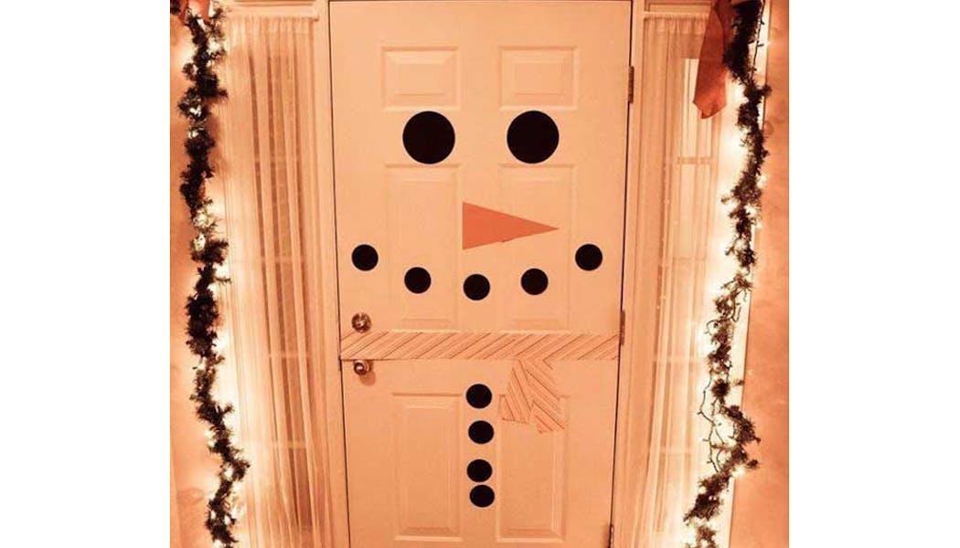 idées décorations Noël rapides simples faciles         dernière minute une porte Bonhomme de Neige