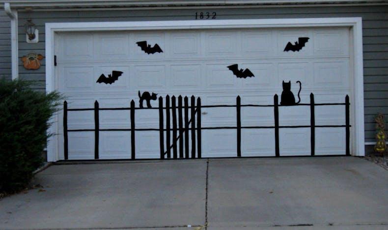 Une porte de garage avec des silhouettes