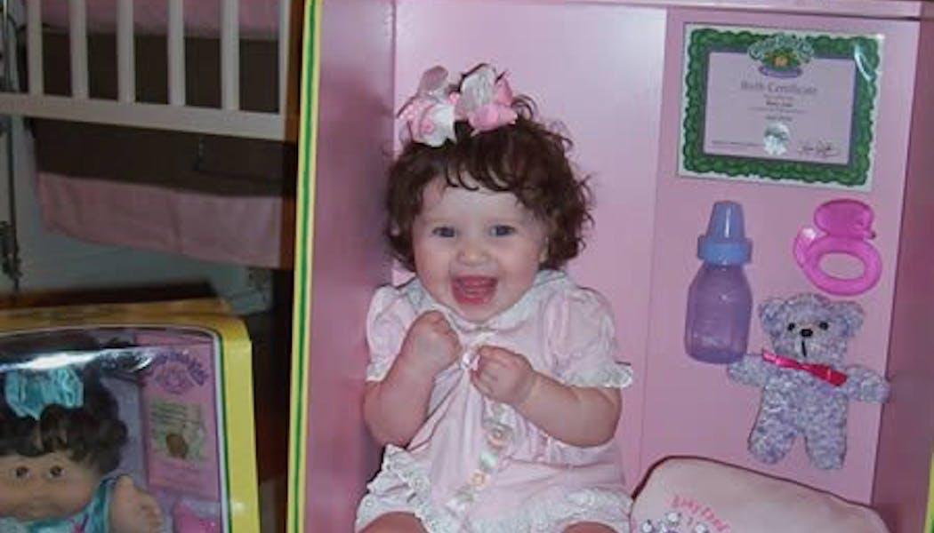 Une poupée dans sa boîte