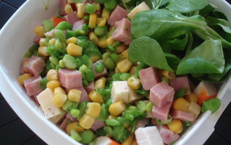 Une salade de maïs, jambon, petits pois et surimi