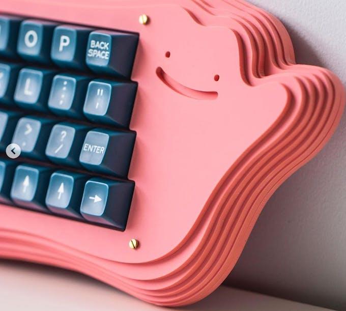 gros plan clavier d'ordinateur rose en forme de pokémon métamorph