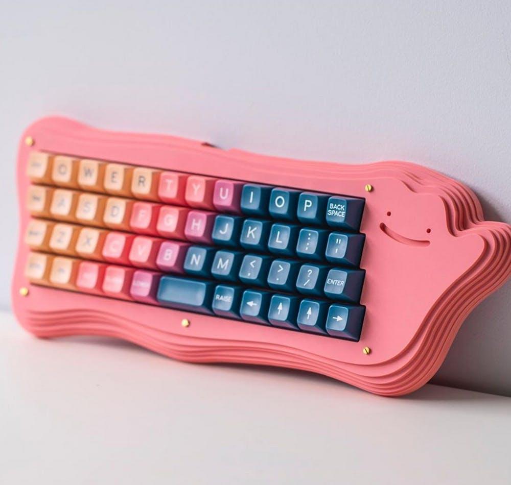 clavier d'ordinateur rose en forme de pokémon métamorph