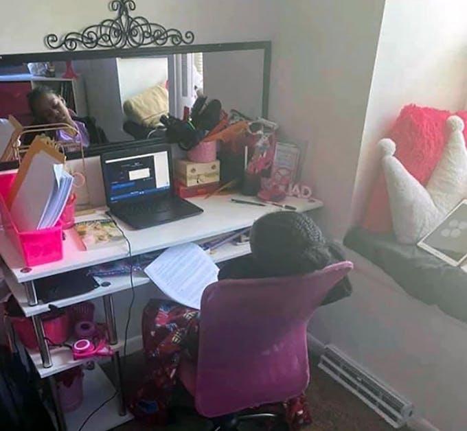 enfant qui s'ennuie devant un cours virtuel sur ordinateur