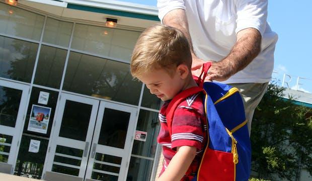 enfant qui pleure devant l'école