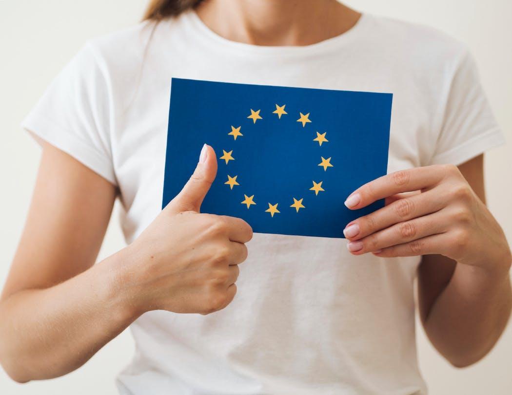 Femme avec drapeau européen