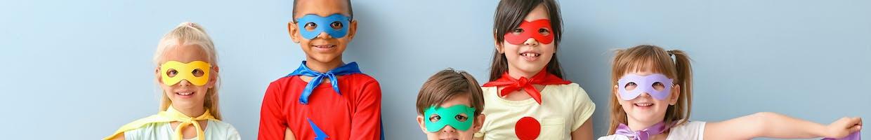 5 enfants posant en déguisement de super-héros
