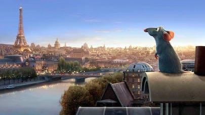 film Disney Ratatouille, le rat Rémy regarde la Tour Eiffel sur les toits de Paris