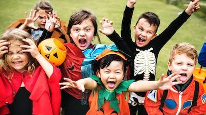 enfants déguisés pendant Halloween