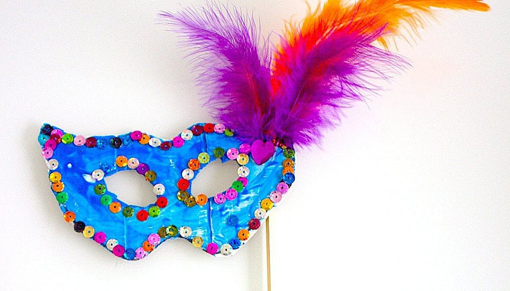 un masque bleu avec de multiples couleurs