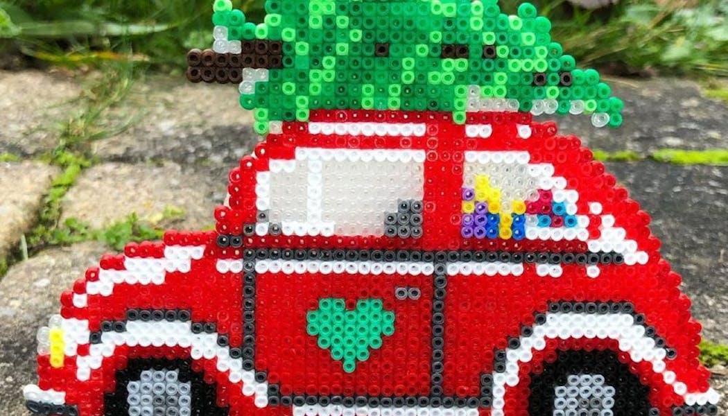 La voiture qui transporte un sapin en perles chauffantes