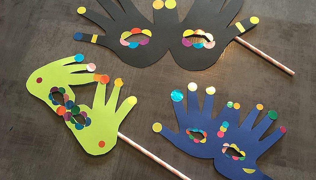 trois masques faits à partir d'empreintes de mains