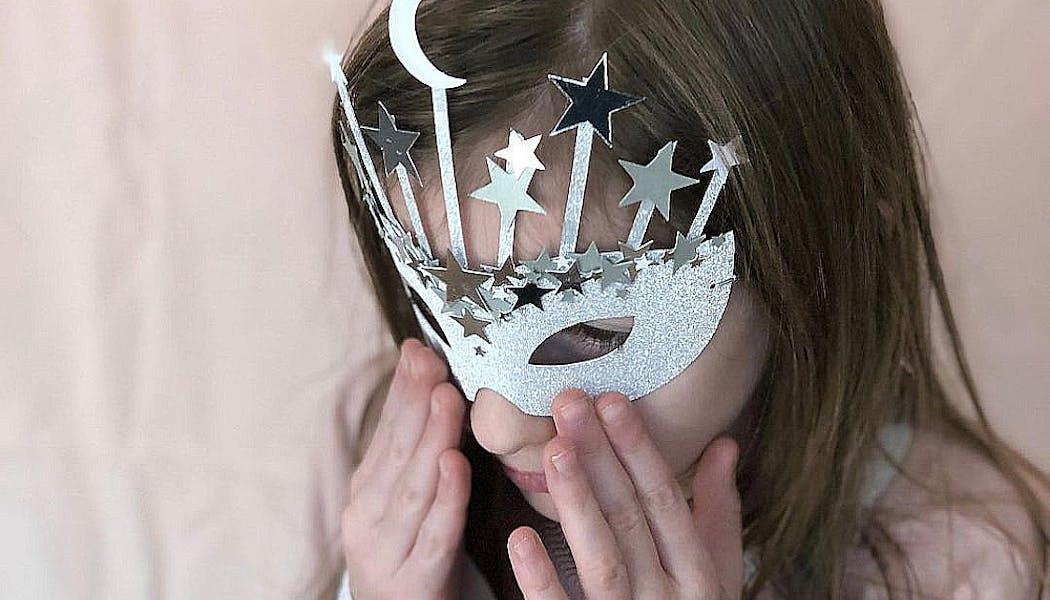 fille avec un masque hommage à la lune