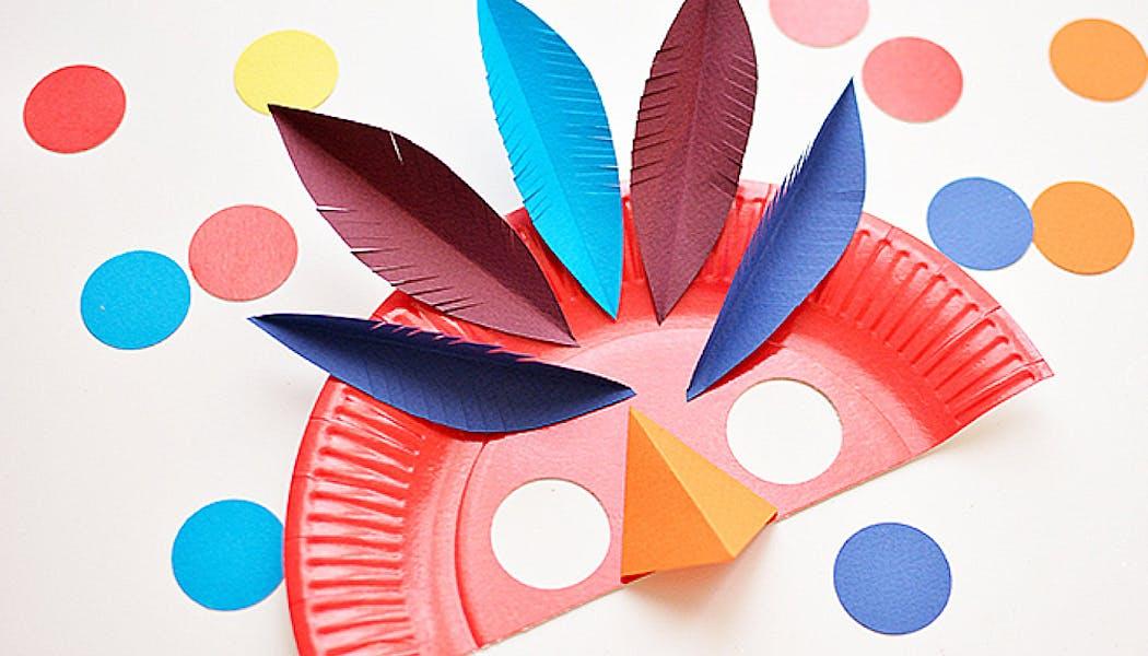 masque de carnaval coloré et riche en plumes