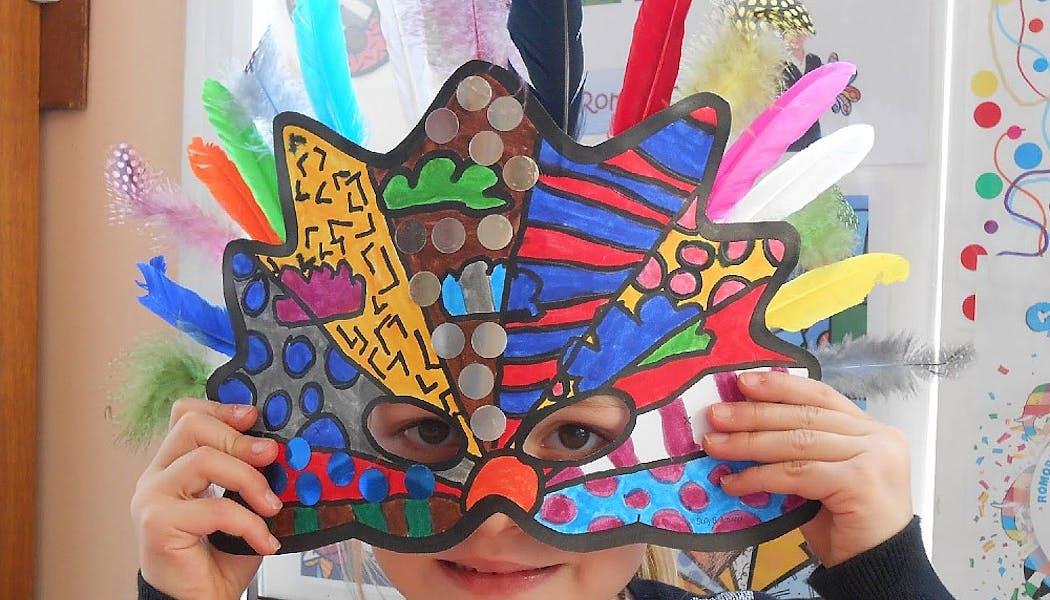 masque de carnaval surréaliste avec des couleurs