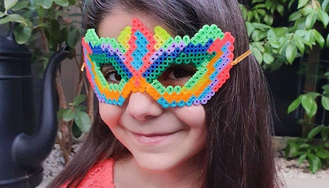 Un masque de carnaval coloré en perles à repasser