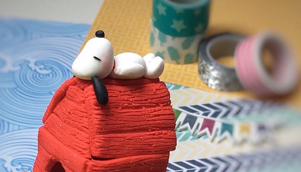 Snoopy, endormi sur sa niche