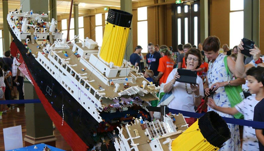 Le Titanic en plein naufrage, cassé en deux