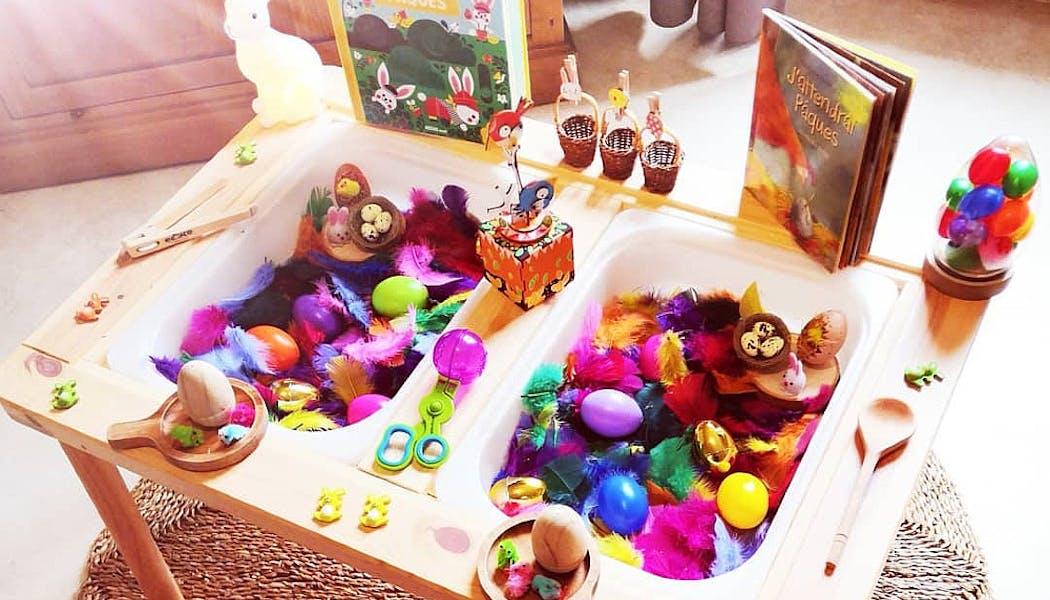 Le bac sensoriel de Pâques avec oeufs de Pâques et plumes de carnaval