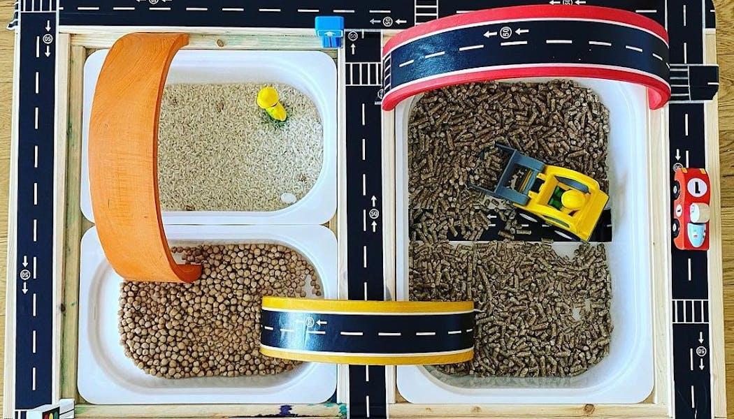 Un bac sensoriel chantier avec des granulés à bois, du riz, etcColoriage camion-gr