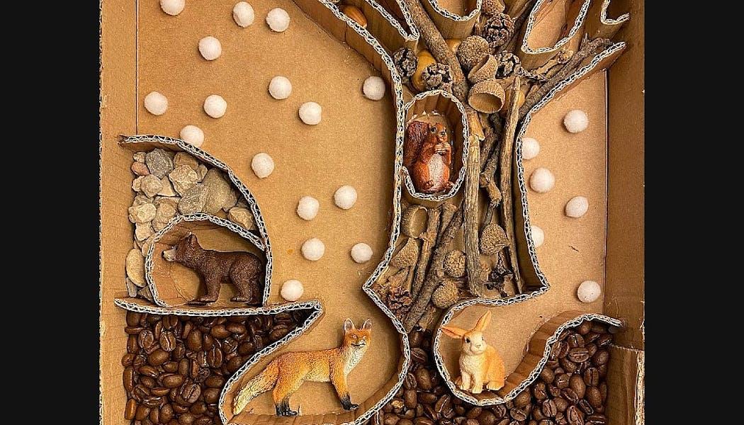 bac sensoriel sur l'hiver des animaux avec des grains de café, des glands, etc