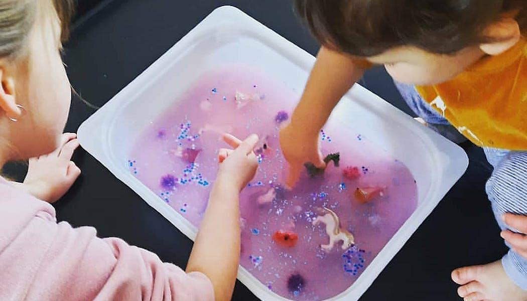 Le bac sensoriel avec de l'eau gélifiée