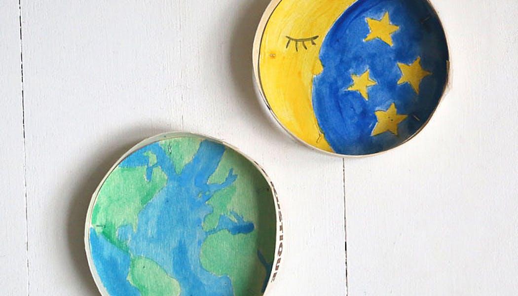 tableaux ronds représentant la Terre et la Lune