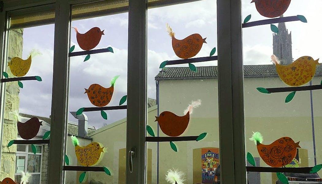Les petits oiseaux en papier à la fenêtre
