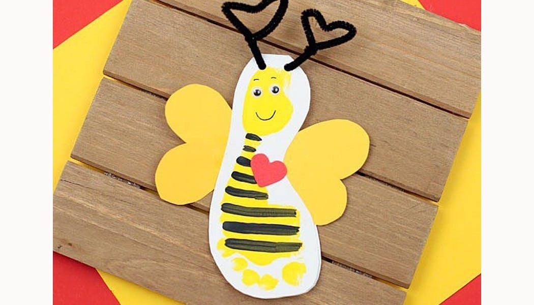 abeille réalisée avec une empreinte de pied