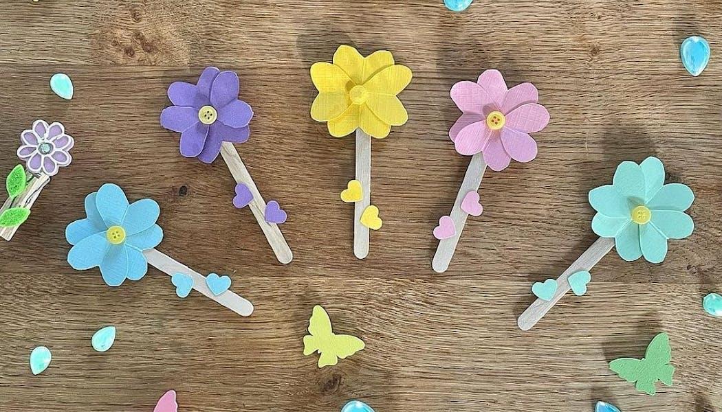 fleurs avec des bâtonnets en bois