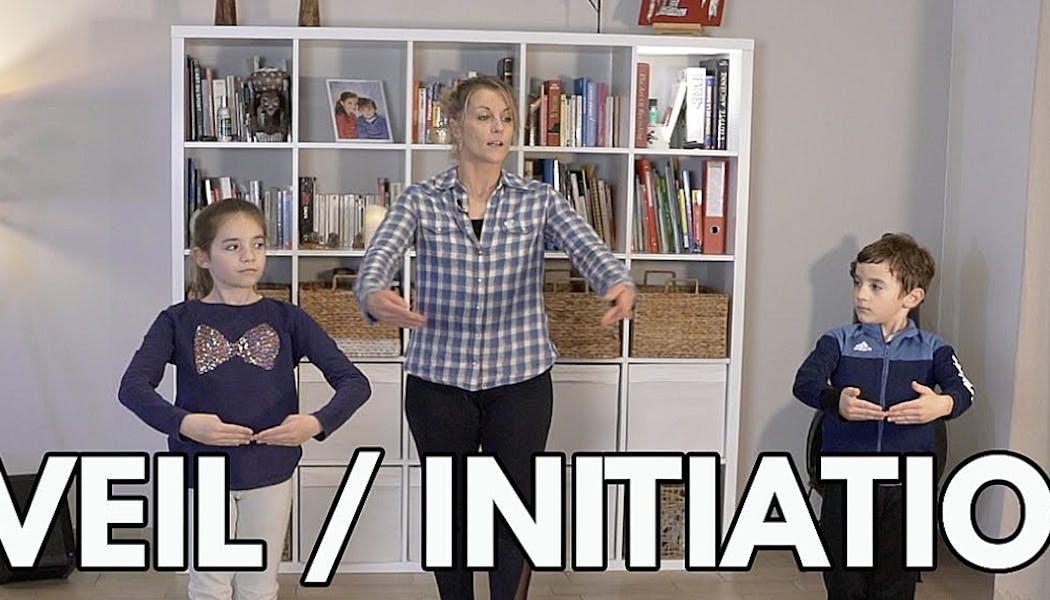 adulte avec deux enfants en pleine séance de danse